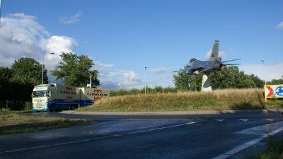 Volvo met F16 bij Rotonde Volkel